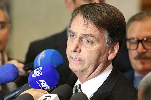 """Jair Bolsonaro não comentou razões para escolhas de auxiliares: """"Economia é com ele (Guedes)"""""""