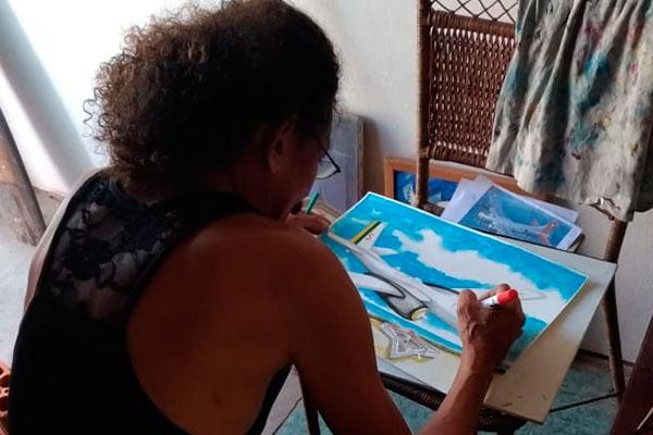Artista plástico Marcelus Bob reproduz em telas inéditas os aviões feitos em miniatura pelo pai Artesão Farias