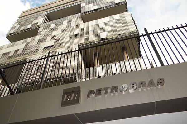 A Petrobras terminou o mês passado valendo R$ 384 bilhões, queda de 15%; economistas destacam cenário internacional como ruim