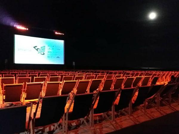 Cadeiras deram lugar as espreguiçadeiras no cinema ao ar livre em São Miguel do Gostoso