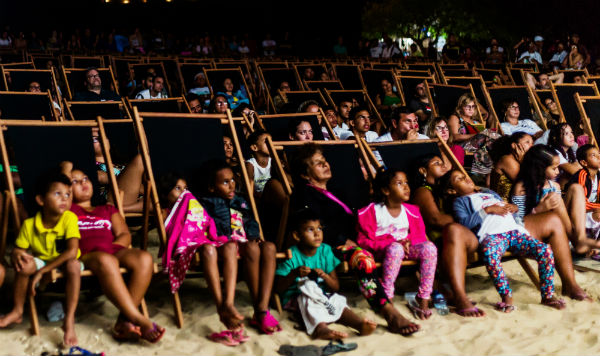 Público se acomodou nas novas espreguiçadeiras para sessão ao ar livre da Mostra de Gostoso