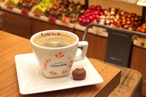 Para os cafés, os grãos são moídos e servidos na hora. Há chocolate quente também