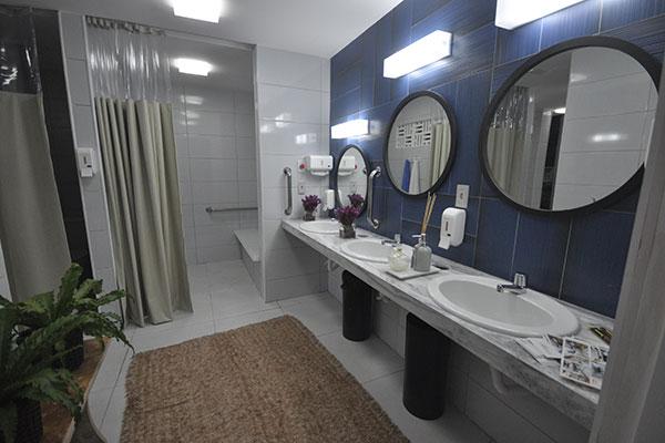 Banheiro teve que ser usual e seguro, mas ganhou em beleza