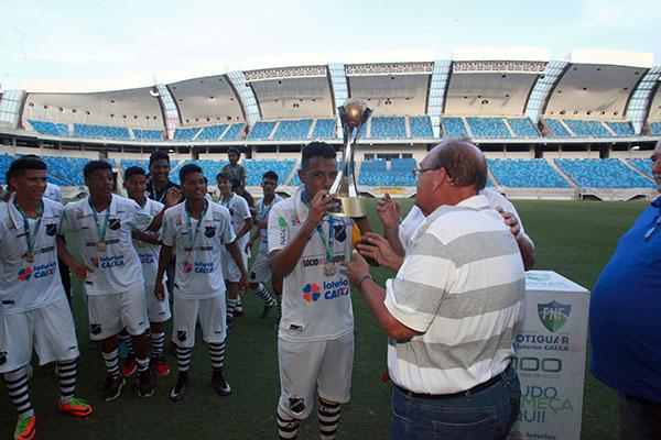 Após o apito final do árbitro, o capitão do ABC, Pedro Henrique Freire recebeu o troféu das mãos do presidente Paulo Tarcísio