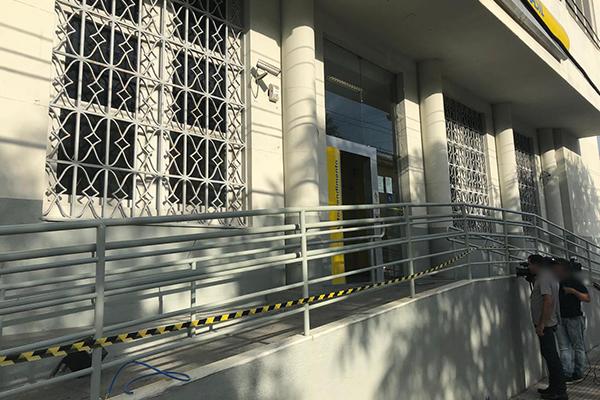 Na agência do Banco do Brasil da Ribeira, os bandidos deixaram objetos utilizados na ação durante a fuga