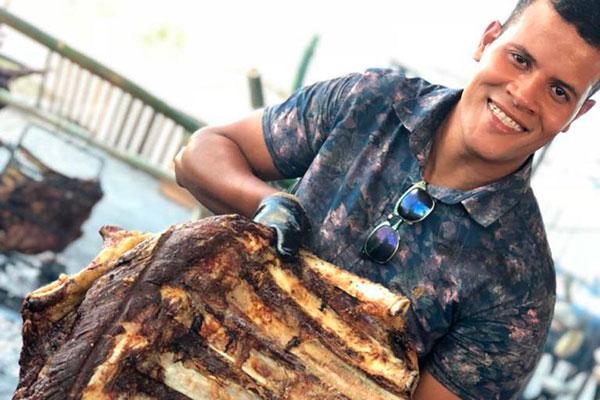Chef churrasqueiro Carlos Honorato será um dos assadores do festival. As costelas serão preparadas no fogo de chão