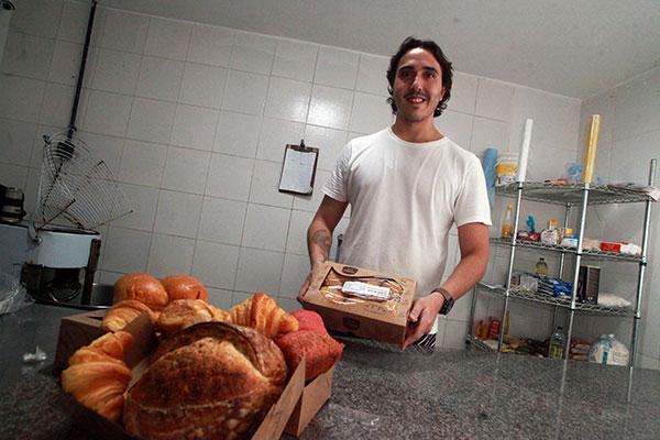 Tarcísio Sinedino e sua padaria virtual: Criações são para entrega e padeiro já promove cursos para interessados na arte dos pães