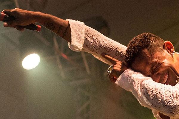 Sueldo Soares transita pela música black, do funk ao samba