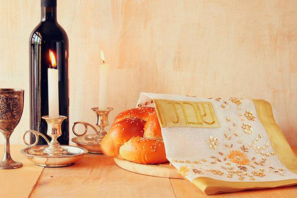 A mesa Kosher traz alimentos preparados com regras e rituais próprios, desde a colheira das uvas até a bebida na taça
