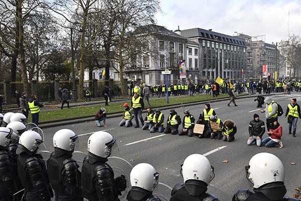 Grupo formado por 1,5 mil coletes amarelos foi cercado por forças policiais em Paris