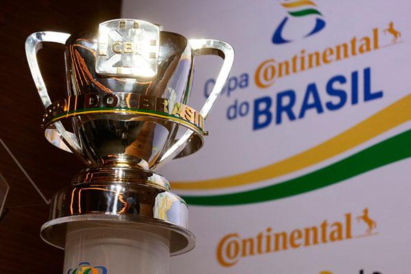 A CBF expôs a taça da Copa do Brasil na cerimônia de ontem