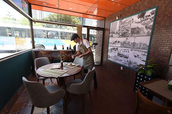 Ecostop tem estilo moderno e investe na pegada ecológica: decoração utiliza materiais de sobra e copos são de papel