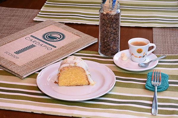 No menu são servidos bolos, sanduíches, waffles e cafés