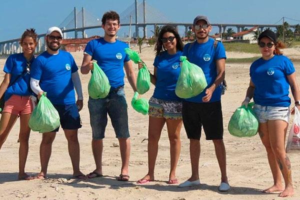 Grupo faz mutirão para coletar garrafas na praia da Redinha. Já reuniram 40 quilos