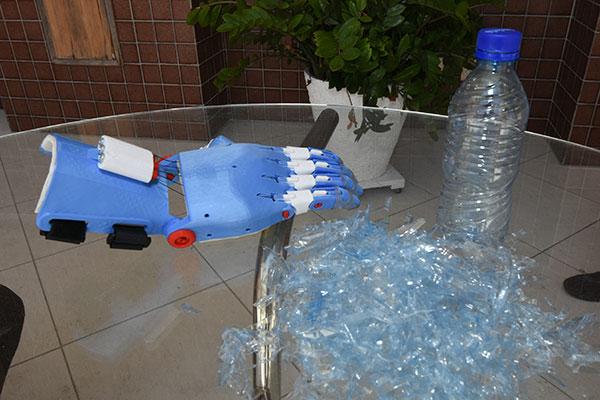 Modelo de prótese de mão feita em 3D com plástico descartado nas praias. A designer Alana Rodrigues trabalha há 4 anos com empresária Laura Moriarity e se voluntariou para trazer o projeto ao RN