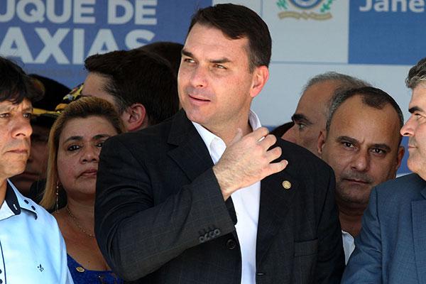 Flávio Bolsonaro participa da inauguração de uma escola militar com o presidente eleito