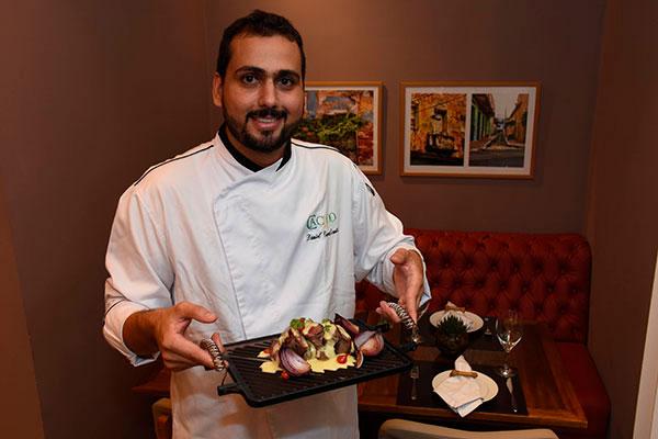 Chef Daniel Cavalcanti monta pratos como bufê ou degustação