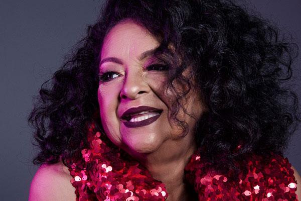 Cantora Dodora Cardoso anima plateia com repertório de forró e samba, no palco montado na rua João Pessoa, na Cidade Alta