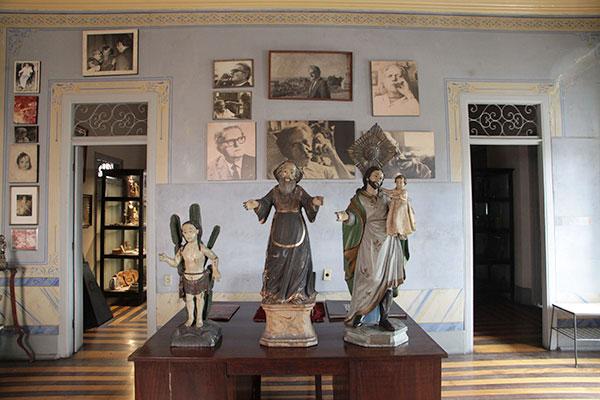 Ambientes internos conservam móveis originais da casa, alguns datados do século XIX