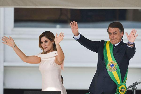 Sob os gritos de mito, Bolsonaro entrou pela primeira vez no Palácio do Planalto como presidente da República