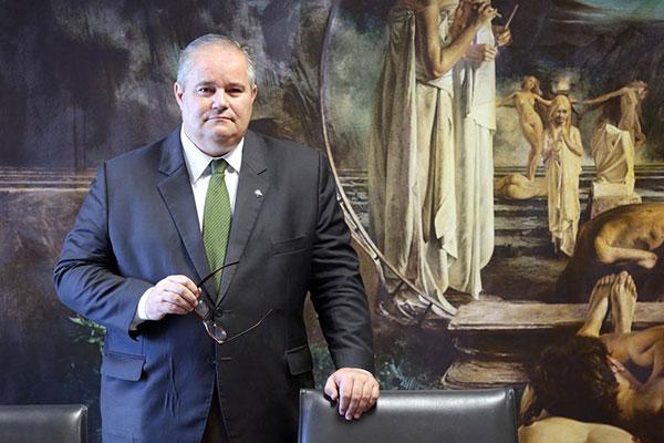 No perfil do secretário Henrique Medeiros Pires  está o de especialista em políticas públicas e direção de fundações de cultura em Pelotas-RS