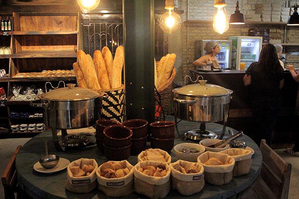 Além da variedade de pães e doces, há buffet de sopas