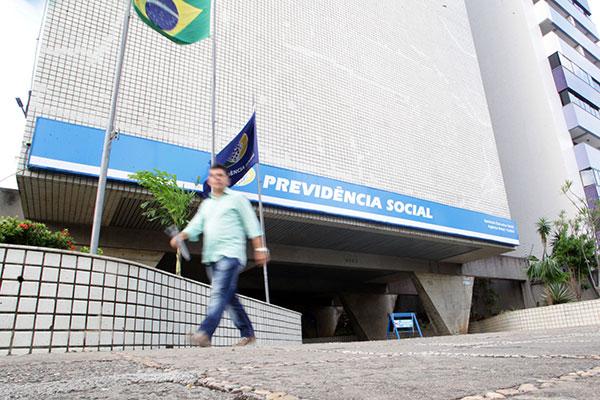 Integrantes do governo federal ainda divergem em relação à idade mínima para aposentadorias de homens e mulheres brasileiras