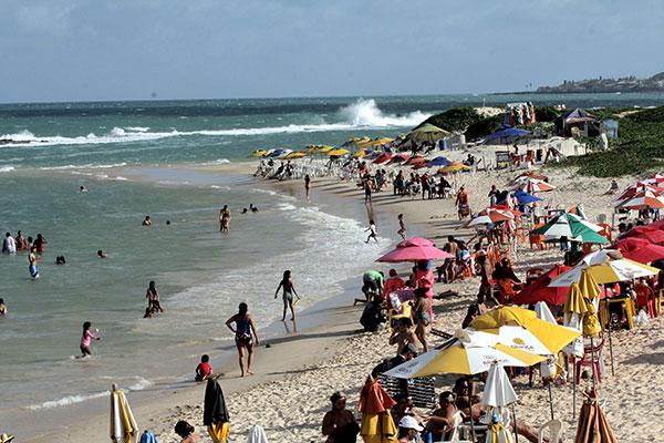 Praia do Forte é ocupada por banhistas e também por praticantes de kitesurf, natação, caminhadas e treinamentos funcionais
