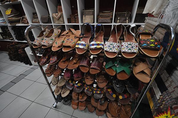 No Mercado de Artesanato da Praia do Meio, a loja Josanilda Alexandre é o lugar para adquirir peças de couro, como as sandálias coloridas ao estilo Espedito Seleiro e bolsas rústicas