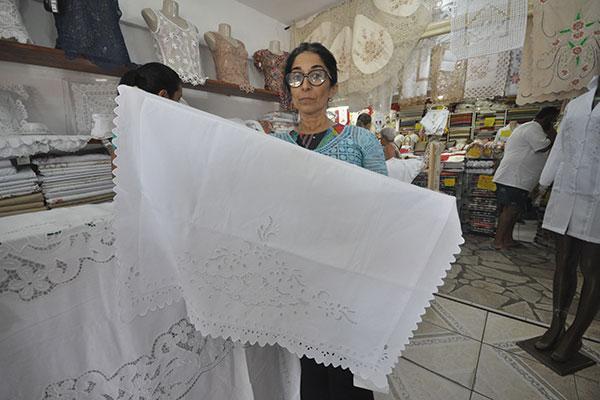 No Shopping do Artesanato de Ponta Negra, o maior em número de lojas, Valdenora Genuíno da Renaissance exibe as peças feitas a mão e o apuro das rendas e bordados