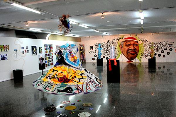 Grafites, instalações, esculturas e telas de vários artistas visuais do RN compõem a coletânea em cartaz na galeria da Funcarte, numa homenagem a figuras do samba potiguar e do Brasil