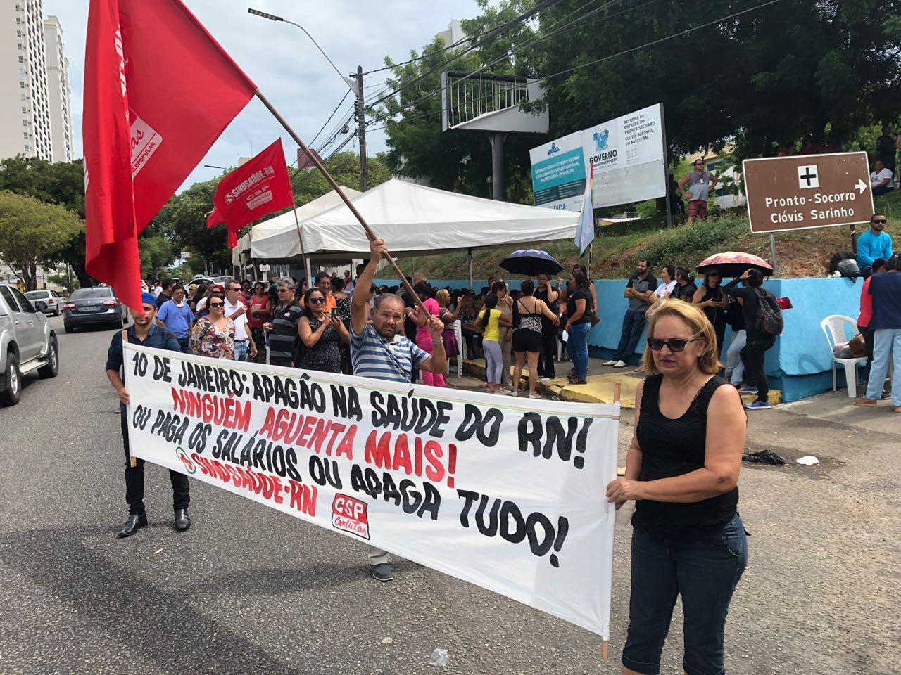 Servidores protestam e cobram pagamento de salários