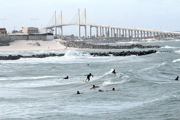 Letreiro instalado pela Prefeitura de Natal faz sucesso entre turistas. Areia Preta e a Praia de Miami ocupam juntas 1 quilômetro e possuem equipamentos para a prática de esportes