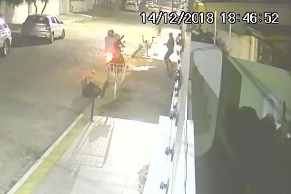 Câmeras de segurança mostraram o contexto do crime. Pistola roubada não foi encontrada