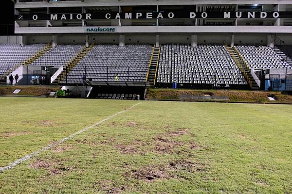 As falhas se espalharam por quase todo o gramado do estádio