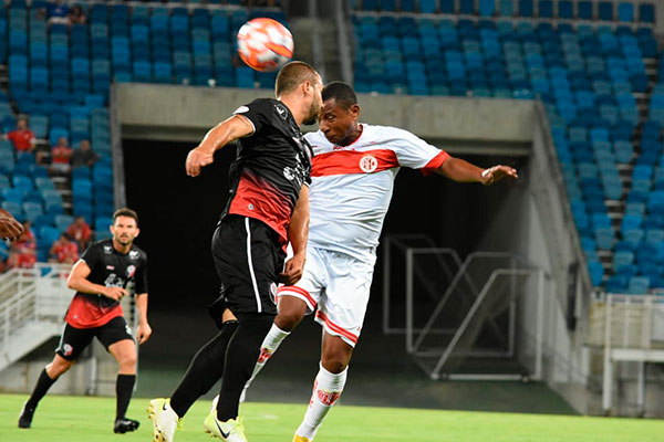 Atacante Adriano Pardal, único entre os profissionais, que ficou da temporada passada para esta, marcou o gol da vitória americana