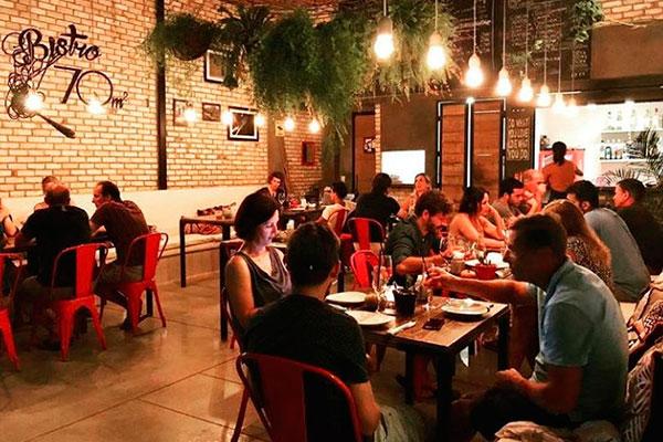 Concorrido, o espaço do bistrô é um salão único e aberto, com  dez mesas e capacidade para até 26 pessoas