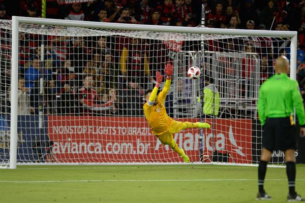 Diego Alves pegou pênalti e ajudou o Flamengo a vencer o Ajax pela Flórida Cup