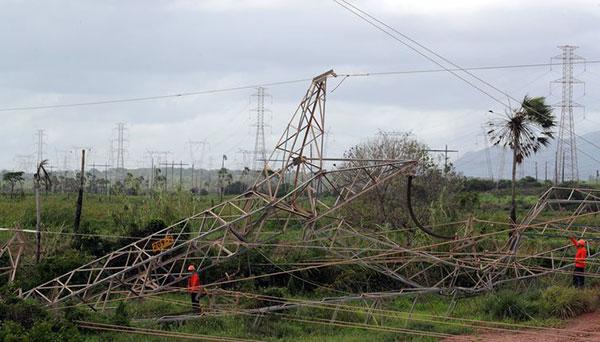 Torre de transmissão de energia cai no Ceará após ataque criminoso
