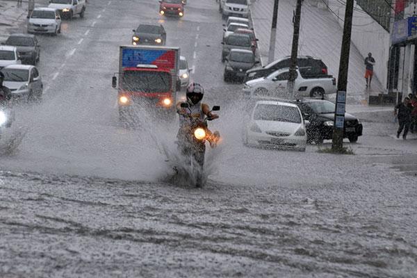 Esta segunda (14) foram registradas chuvas na capital do Estado. Previsão é de semana chuvosa em Natal e Mossoró