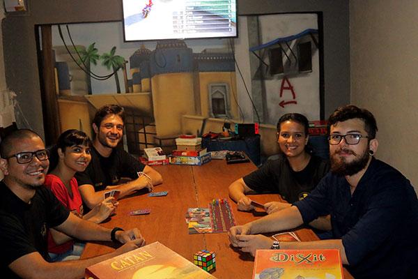 Fãs de jogos, seis amigos se unem para abrir um bar dedicado ao universo Geek