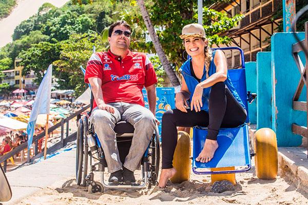 Projeto Praia Inclusiva oferece banho de mar assistido (com cadeiras anfíbias) e práticas esportivas como vôlei sentado