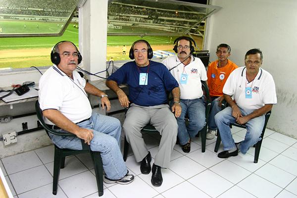 Hélio Câmara (camisa escura) fez parte da era de ouro da Rádio Cabugi, integrando a equipe do 'Escrete de Ouro'