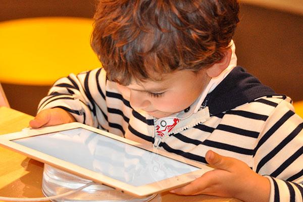 Cada vez mais cedo crianças estão ligadas na internet sem que os pais vejam o conteúdo