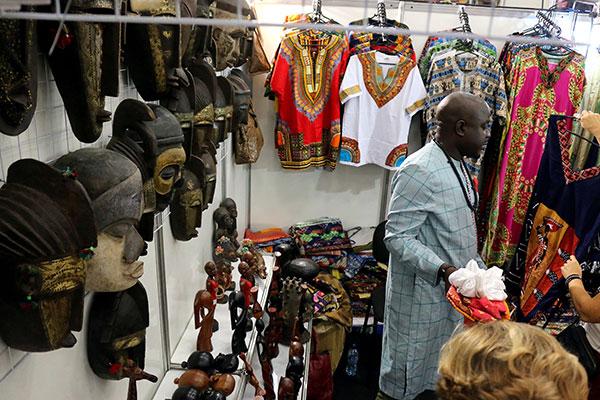 A presença africana é sempre colorida. O estande do Senegal chama atenção pelas batas coloridas e máscaras de madeira
