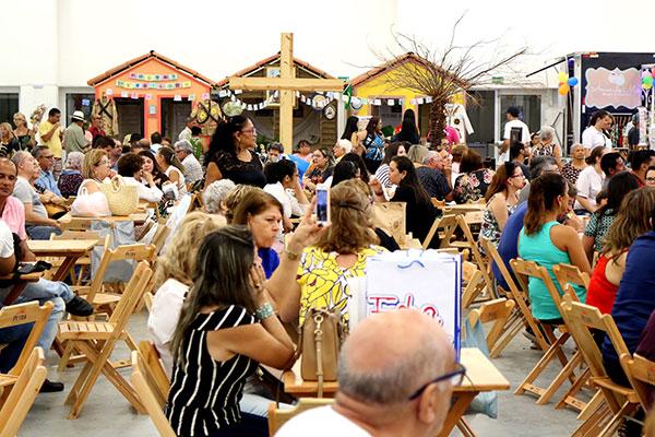 Ambientação regional e diversidade de sabores na praça