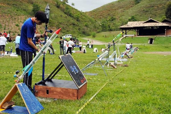 Na OBA, estudantes constroem foguetes feitos de garrafa pet, tubo de papel ou canudo de refrigerante
