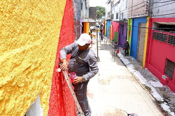 Após a pintura das paredes, grafiteiros irão homenagear Câmara Cascudo no Beco da Lama