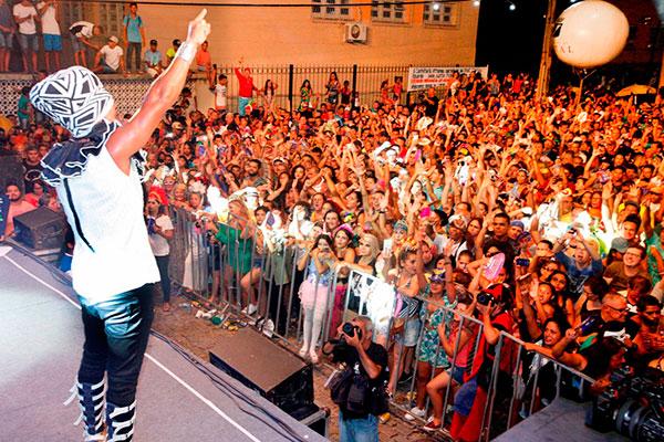 Carlinhos Brown abre a festa