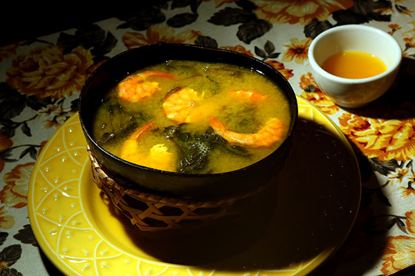 Tacacá, caldo famoso com camarões, tucupi e jambu